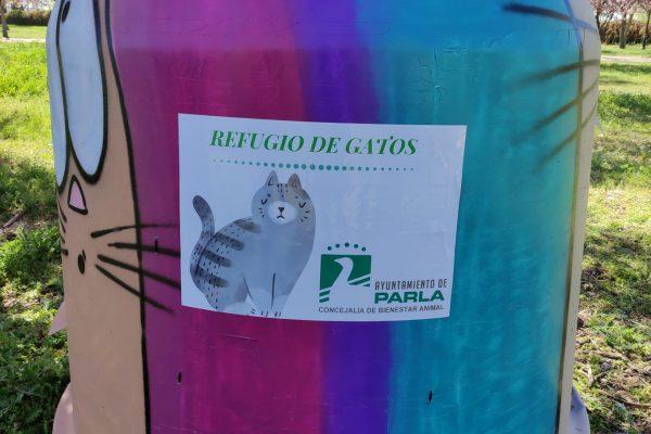 Contenedores reciclados como refugios para gatos de la calle